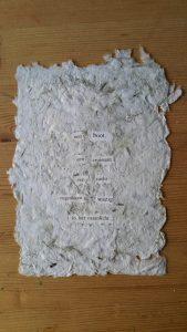 handgeschept papier met tekst uit kranten geknipt
